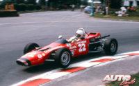 """Gracias al patrocinio de """"Alouette"""", la marca de motos de nieve con la que competía Gilles Villeneuve, el joven canadiense se pudo iniciar en el mundo de los monoplazas, conquistando el título de Campeón de Québec de Fórmula Ford 1.600 en la temporada de 1973, al volante de un ya baqueteado Magnum Mk III."""