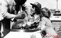Gilles Villeneuve alcanzó el máximo esplendor en la Fórmula Atlántic de 1976, al obtener la victoria en nueve de las diez carreras disputadas y conquistar el título al volante de un March-Ford 76B. En esta fotografía está realizando una entrevista, junto a su hijo Jacques, sin duda, su máximo admirador.