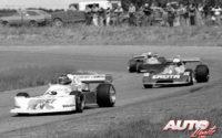 Gilles Villeneuve ganaba su segundo título de la Fórmula Atlantic en la temporada 1977, al volante de un March-Ford 77B. En esta carrera en el circuito de Edmonton (Canadá), Villeneuve se situaba por delante de un tal Keke Rosberg (número 4), que sería posteriormente Campeón del Mundo de F1 en 1982, al volante de un Williams.