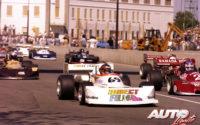 """Al volante de un Mach-Ford 77B, Gilles Villeneuve obtenía su segundo título consecutivo en la Fórmula Atlantic de 1977. En el circuito urbano de Trois-Rivières partía desde la """"pole position"""", con Patrick Depailler (número 2) arrancando a su izquierda."""