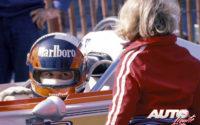 """Gilles Villeneuve subido en el """"cockpit"""" del March-Ford 77B con el que ganaba su segundo título en la Fórmula Atlantic de 1977. Junto a él se encontraba el pequeño Jacques Villeneuve, que años después se proclamaría Campeón del Mundo de F1 con Williams en 1997."""