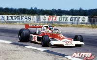 Al volante de un McLaren-Ford M23D (ex-Hunt), Gilles Villeneuve debutó en Fórmula 1 en el GP de Gran Bretaña de 1977, disputado en el circuito de Silverstone. El piloto canadiense llegó a situarse en la cuarta posición durante la carrera, pero un incidente mecánico le retrasó en la clasificación final.