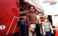 Gilles Villeneuve en la carpa de Ferrari, junto a su mujer Joann y sus dos hijos, Jacques y Melanie.