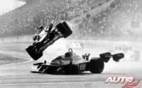 Pocas vueltas después de dar comienzo el GP de Japón de 1977, Gilles Villeneuve (Ferrari) golpeaba por detrás a Ronnie Peterson (Tyrrell) y salía volando fuera de la pista, falleciendo dos espectadores en el accidente.