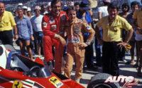 Gilles Villeneuve y su compañero Carlos Reutemann junto a uno de los Ferrari 312 T2B con los que disputaron el GP de Brasil de 1978, celebrado en el circuito de Jacarepaguá.