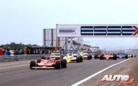 Gilles Villeneuve, al volante del Ferrari 312 T4, se colocaba líder en la salida del GP de Francia de 1979, disputado en el circuito de Dijon-Prenois.