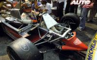 Gilles Villeneuve, sentado en el cockpit de su Ferrari 312 T4, durante uno de los Grandes Premios del Campeonato del Mundo de Fórmula 1 de 1979.