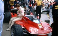 Gilles Villeneuve, sentado sobre su Ferrari 312 T4 durante el GP Dino Ferrari de 1979, disputado en el circuito de Imola, prueba que no fue puntuable para el Campeonato del Mundo de Fórmula 1 de 1979.