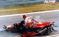 Gilles Villeneuve tenía un espectacular accidente durante el GP de Italia de 1980 (Circuito de Imola), en el cual destrozaba por completo la estructura de su Ferrari 312 T5, aunque no sufría daños físicos.