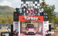 Elfyn Evans (Toyota), Thierry Neuville (Hyundai) y Sébastien Loeb (Hyundai) subidos en el podio absoluto del Rally de Turquía 2020, en la categoría WRC.