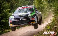 Oliver Solberg, al volante del Volkswagen Polo GTI R5, vencedor de la categoría WRC 3 en el Rally de Estonia 2020.