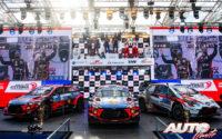Ott Tänak (Hyundai), Craig Breen (Hyundai) y Sébastien Ogier (Toyota) subidos en el podio absoluto del Rally de Estonia 2020, en la categoría WRC.