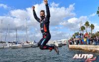Dani Sordo se daba un baño en el puerto de Alghero, como es tradición del vencedor en el Rally de Italia / Cerdeña.