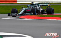 """Sebastian Vettel, al volante del Aston Martin AMR21, durante las primeras pruebas realizadas con el monoplaza en el circuito de Silverstone en la jornada de filmación (""""filming day"""")."""
