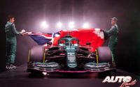 Sebastian Vettel y Lance Stroll destapando el nuevo Aston Martin AMR21 con el que van a correr durante la temporada 2021.