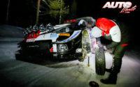 Elfyn Evans cambiando los neumáticos de clavos de su Toyota Yaris WRC durante el Rally Ártico de Finlandia 2021, puntuable para el Campeonato del Mundo de Rallies WRC.