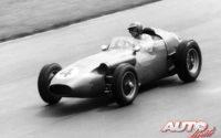 Carroll Shelby, al volante del Aston Martin DBR4 F1, durante el GP de Gran Bretaña 1959, disputado en el circuito de Aintree.