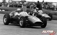 Roy Salvadori, al volante del Aston Martin DBR5 F1 (nº 18), durante el GP de Gran Bretaña 1960, disputado en el circuito de Silverstone.