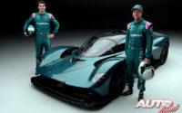 Sebastian Vettel y Lance Stroll, pilotos oficiales del equipo Aston Martin F1, junto al hiperdeportivo Aston Martin Valkyrie.