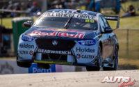 """Jamie Whincup, al volante del Holden Commodore ZB, durante una prueba del Campeonato Australiano de Turismos """"V8 Supercars"""" 2019, disputada en el trazado de Perth (Australia)."""