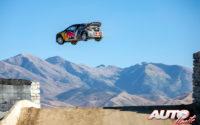 """Timmy Hansen, volando al volante de su Peugeot 208 WRX, durante una prueba de los """"Nitro Rallycross World Games"""" 2018, disputada en el Utah Motorsports Campus de Grantsville (Indiana - EEUU)."""