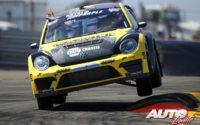 """Tanner Foust, al volante del Volkswagen Beetle GRC, durante una prueba del Campeonato Global de Rallycross """"GRC"""" 2015, disputada en Los Ángeles (California - EEUU)."""