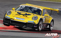 """Philipp Eng, al volante del Porsche 911 GT3 Cup, durante una prueba del campeonato alemán """"Porsche Carrera Cup"""", disputada en el Circuito de Oschersleben (Alemania)."""