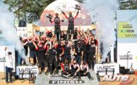 El equipo Toyota Gazoo Racing WRT celebrando la victoria de Sébastien Ogier en el podio del Rally Safari de Kenia 2021, puntuable para el Campeonato del Mundo de Rallies WRC.