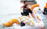 Sébastien Ogier (Toyota) se daba un baño en las aguas del Mediterráneo tras celebrar el podio, como es tradición del vencedor en el Rally de Italia / Cerdeña.