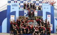 Kalle Rovanperä y Jonne Halttunen celebrando la victoria junto al equipo Toyota Gazoo Racing WRT en el Rally de Grecia 2021, puntuable para el Campeonato del Mundo de Rallies WRC.